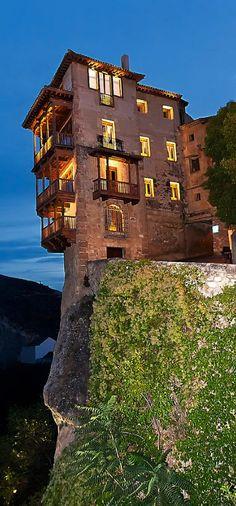 Las casas colgantes de Cuenca se asoman al río desde sus balcones de madera voladizos sobre el acantilado.