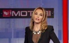 Tg2 Maria Leitner look audace alle 13.00 Le giornaliste Rai in particolare quelle del Tg2 sono sotto accusa per le loro mise decisamente fuori le righe per il ruolo che occupano, da sempre formale e istituzionale. Invece a quanto pare anche #marialeitener #tg2 #news