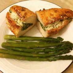 Pechuga rellena con espinacas y brocoli y queso parmesano y espárragos