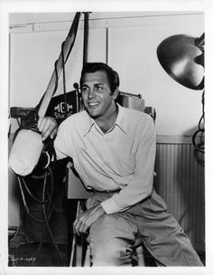 main man Howard Keel ~ his chemistry with Doris Day just makes the entire film. Plus he is a complete dreamboat in the most handsome cowboy in deadwood! Golden Age Of Hollywood, Vintage Hollywood, Hollywood Stars, Classic Hollywood, Kathryn Grayson, Howard Keel, Annie Get Your Gun, Show Boat, Hollywood Pictures