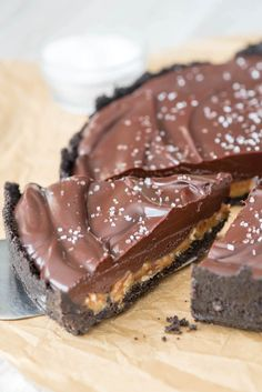 EASY no-bake Salted Caramel Pecan Chocolate Pie - an oreo crust with salted caramel, pecans, chocolate ganache, and sea salt!