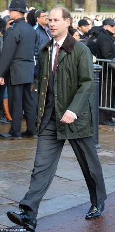 dailymail:  Earl of Wessex arrived by foot for the Queen's pre-Christmas lunch, December 18, 2013