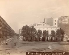 Imagen de la calle Pelayo tomada desde la Plaza Cataluña, en la cual se puede ver en primer lugar la estación del Ferrocarril de Sarriá. Lástima que los árboles impiden ver completamente la fachada. Esta fotografía fue tomada por J.E.Puig en 1895.