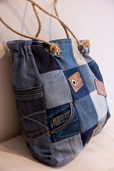 Awesome detail on this upcycled denim bag Patchwork Bags, Quilted Bag, Denim Patchwork, Jean Purses, Purses And Bags, Bag Quilt, Diy Sac, Denim Purse, Recycled Denim
