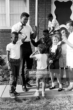 Muhammad Ali with neighborhood kids outside his mother's house in Louisville Kentucky including Yolanda 'Lonnie' Williams who would become his wife. Muhammad Ali Wife, Muhammad Ali Boxing, Heavyweight Boxing, Boxing Champions, Black Photography, Motown, Life Magazine, Great Photos, Black History