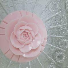 文化祭に少し豪華なものを出展したいので初心者の人がつくるバラをお願いしますとバラのカービングオーダーを頂きましたバラにいくまでにご自分で彫れるようになるまでの時間がたりず苦肉の策だそうです ()