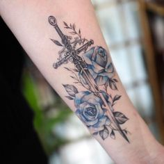광주타투 Tattooist.시소🌷 sur Instagram : #시소잉크 커플로 받아가신 파란장미와 검🗡💙 부준적으로 발색중인상태입니당 12 Tattoos, Forarm Tattoos, Rosen Tattoos, Body Art Tattoos, Small Tattoos, Tattoos For Guys, Sleeve Tattoos, Cool Tattoos, Sword Tattoos For Women