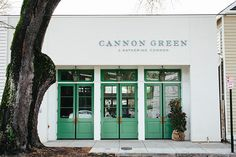 At Charleston's Cannon Green, Anne Bowen Dabney shows Lonny how to decorate with a natural setting in mind.