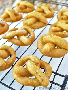 Recipe for easy homemade pretzels that come out soft and even smell like the ones from a pretzel shop! Gluten-free modification and delicious in every way! Homemade Pretzels, Pretzels Recipe, Soft Pretzels, Sin Gluten, Real Food Recipes, Snack Recipes, Healthy Recipes, Gluten Free Pretzels, Naan