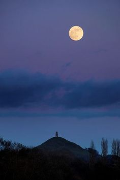 "Was lucky enough to see a full moon rise over Glastonbury! To see the ""mists of Avalon"" - one of those great moments in my life. Nocturne, Beautiful Moon, Beautiful Places, Glastonbury Tor, Glastonbury Somerset, Mists Of Avalon, Espanto, Natural World, Great Britain"