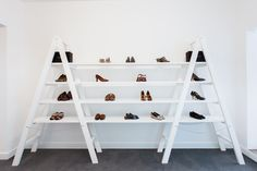 New wall display shoes retail design Ideas Shoe Display, Display Shelves, Shelving, Shoe Store Design, Merchandising Displays, Retail Displays, Window Displays, Craft Show Displays, Shelf Design