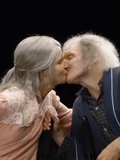 Noch ist das Paar jung. Doch wie werden sie mit 70 aussehen? Im rührenden Video sieht das Pärchen sich gegenseitig altern.