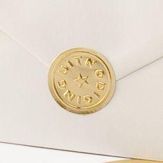 Zelfklevende zegel te gebruiken als sluitzegel of als decoratie op je envelop. 3 x 3 cm. Deze zegels worden per 10 stuks op 1 vel geleverd.
