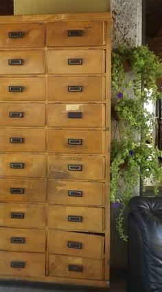 Cassettone schedario anni '30/'40 - Garaffo Mobili dispone di una vasta scelta di pezzi di modernariato. Con doppia esposizione su via Borgo Dora e Canale Carpanini, propone pezzi di antiquariato [...]
