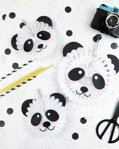 Panda Bear Party Decor - Fox + Hazel Create the cutest paper fans for your panda bear party with these free cut files! Panda Party, Panda Themed Party, Panda Birthday Party, Bear Party, Bear Birthday, Birthday Party Themes, Panda Bear Crafts, Panda Craft, Angry Birds Party