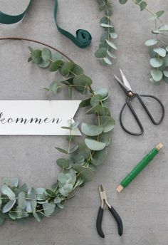 {DIY} A simple DIY eucalyptus wreath for the front door (i .- {DIY} Ein einfacher DIY-Eukalyptus-Kranz für die Haustüre (inklusive Printable) – Emma Bee {DIY} A simple DIY eucalyptus wreath for the front door (including printable) – Emma Bee - Diy Tumblr, Diy Wedding Programs, Eucalyptus Wreath, Deco Floral, Diy Presents, Bridal Flowers, Diy For Teens, Diy Wreath, Easy Diy