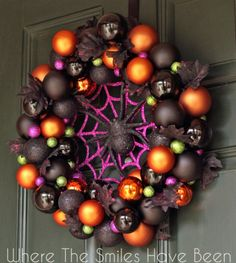Check out these awesome diy Halloween wreaths that will dress up your door. Get in the Halloween spirit with these fun wreaths that scream Halloween. Theme Halloween, Halloween Festival, Holidays Halloween, Halloween Crafts, Happy Halloween, Halloween Spider, Diy Halloween Ornaments, Halloween Door Wreaths, Christmas Ornament Wreath