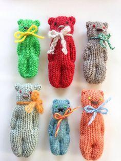 How to knit a flat stuffed bear Crochet Birds, Crochet Bear, Cute Crochet, Crochet Toys, Loom Patterns, Knitting Patterns, Crochet Patterns, Loom Knitting, Baby Knitting