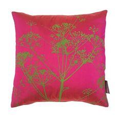 Cojín de seda Cowparsley de Clarissa Hulse, rosa intenso y verde pistacho
