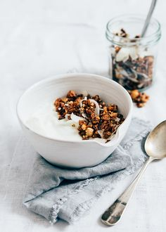 Recipe for (gluten-free) chocolate buckwheat granola Breakfast Photography, Food Photography, Brunch, Cake Sandwich, English Breakfast, Chocolate Sin Gluten, Chocolate Granola, Good Morning Breakfast, Scones