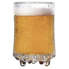 Een set van twee bijzondere bierglazen van Iittala. Ze behoren tot de Ultima Thule lijn en worden geleverd in een set van twee. Deze glazen hebben een zandlopervorm waardoor ze prettig in de hand liggen. Ze hebben ieder een inhoud van 380 ml.