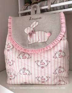 Momentos de Costura: Regalos a bebés Descubre más sobre de los bebés en somosmamas.com.ar. Fabric Gifts, Fabric Bags, Diy Backpack, Lace Backpack, Potli Bags, Diy Bags Purses, Craft Bags, Girls Bags, Quilted Bag