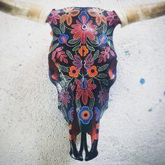 Painted Animal Skulls, Deer Skull Art, Antler Crafts, Gado, Gypsy Decor, Skull Painting, Carving Designs, Art For Art Sake, Skull Design