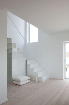 Escalera y tarima de madera