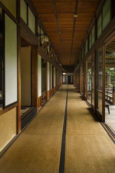 A Tatami corridor in Taishakuten temple, Shibamata, Tokyo Japanese Home Design, Japanese Style House, Traditional Japanese House, Japanese Interior, Architecture Du Japon, Historical Architecture, Architecture Design, Sustainable Architecture, Residential Architecture