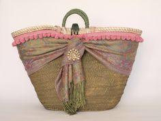 Capazo de palma decorado por Cuqui Miluki. Diy Tote Bag, Reusable Tote Bags, Diy Sac, Basket Bag, Denim Bag, Summer Bags, Handmade Bags, Bag Making, Homemade Gifts