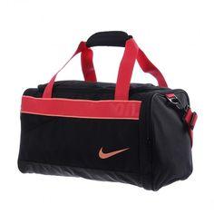 Lleva todos tus accesorios y equipo contigo de manera cómoda y estética con la Mochila Nike Varsity Duffel.