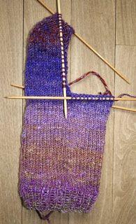 Englegarn: Sådan strikker du en strømpe Trin-for-trin Knitted Hats, Knit Crochet, Diy And Crafts, Socks, Tote Bag, Knitting, Accessories, Inspiration, Amish