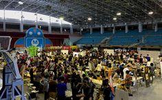 這個週末,在一些Maker朋友的推薦下,我們到成大去逛Maker Fair Tainan,曾經這是我們每天都來打羽毛球或者桌球的中正堂,今天被不少Maker的攤位擠滿,也有不少的家長帶著小朋友來同樂…