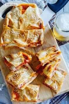 Bocadillos de pizza con panceta y mozzarella. Receta para el picoteo con fotografías del paso a paso y recomendaciones de cómo servirla. Recetas de recetas f...