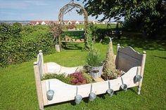 Holzbett im Garten
