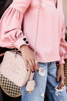 Loving this Chanel bag - I pretty much live for it come spring and summer time. Goes with any outfit - like this pink long sleeve blouse and destroyed blue jeans Spring Fashion, Women's Fashion, Fashion Trends, Chanel Vanity Case, Viva Luxury, Luxury Blog, Denim Cutoffs, Ring Verlobung, Chanel Handbags