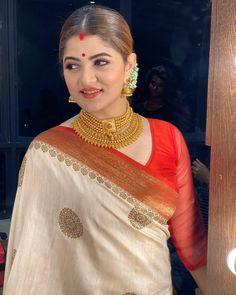 Beautiful Indian Brides, Beautiful Women Over 40, Most Beautiful Indian Actress, Beautiful Saree, Indian Bridal Outfits, Indian Bridal Fashion, Bengali Jewellery, Gold Jewellery, Jewelry