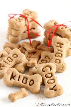 Hace de 10-20 galletas Ingredientes: 1 ½ tazas de harina de trigo para todo uso ½ taza de harina de maíz ½ taza de perejil finamente picado ½ taza de menta finamente picado (o ½ cdta. De extracto d...