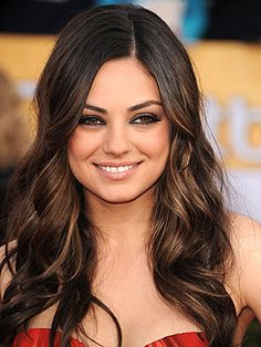 Have you ever wondered how to get to look like the sexiest woman alive, Mila Kunis? Would you like to get her flawless appearance? Here is the Mila Kunis smoky eye makeup! My Hairstyle, Pretty Hairstyles, Wedding Hairstyles, Hairstyle Ideas, Chic Hairstyles, Teen Hairstyles, Loose Waves Hair, Soft Waves, Loose Curls