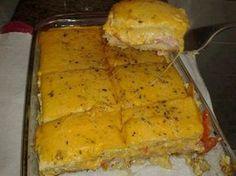 12 fatias de pão de forma sem casca  - 400 g de queijo prato  - 300 g de presunto gordo sem capa de gordura  - 3 ovos  - 1 lata de creme de leite  - 1 tomate fatiado  - Queijo parmesão ralado  - Azeite de oliva  - Sal  - Orégano
