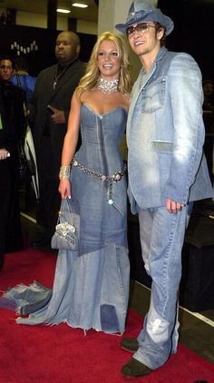 Britney Spears & Justin Timberlake from American Music Awards Memorable Fashion In double denim. 2000s Fashion Trends, Early 2000s Fashion, 2000s Trends, Denim Fashion, Look Fashion, 90s Fashion, Fashion Fail, Fashion Outfits, Double Denim