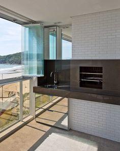 Os proprietários deste apartamento na Praia de Palmas queriam um décor aconchegante, para receber bem a família, mas que fosse super prático. As arquitetas Maíra Queiroz e Vanessa Faller, do Espaço do Traço Arquitetura,