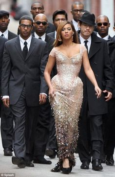 """White and Gold Wedding. Elegant and Glamorous. I LOVE this shot of Beyonce. """"Get behind me please, gentlemen. Beyonce Knowles Carter, Beyonce And Jay Z, Mrs Carter, Destiny's Child, Divas, Beyonce Style, Beyonce Body, La Girl, Up Dos"""
