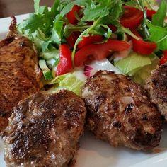 Made with love  Man hab ich nen Bärenhunger Heute gibt's Salat mit Hähnchenbrust und frisch gemachten Frikadellen  So kommt die Tinte in den Füller #lunch#chicken#salad#meatballs#healty#fit#happy#lowcarb#foodlover#fitness#body#fitfam#tgif#instalike#instafitness#instafood#potd by __itsmemary__