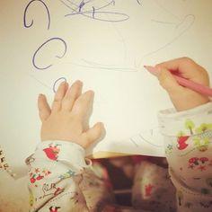 Die Stifthaltung dieses Kindes ist echt nen Knaller #familienblog #Elternblog #mamablog#Papablog #momof3 #lebenmitkindern #thereallebenmitkindern