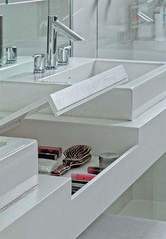 Soluções em marcenaria para espaços pequenos: banheiro com compartimento pra maquiagens oculto