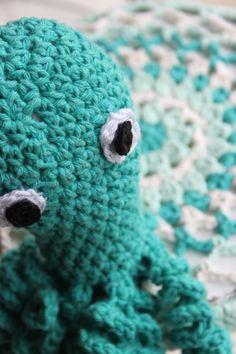 Octopus uit Inhaken op vakantie - Bijpassende krukhoesje allebei gehaakt met het mooie garen Eco Barbante Milano Uni van Hoooked