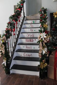 Amazing Staircase Idea For Christmas - ToolBox Divas #DIY #staircase #Christmas #garland #ornaments
