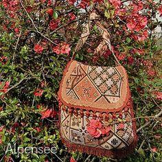 А это одна из моих новых сумочек, такой бохо шик. Гобелен с лоскутным рисунком просто чудо! Ношу с удовольствием💕. 🌸🌸🌸 This is one of my newest bags in boho shic style. I like so much this patchwork tapestry fabric. And I like my bag💕 #alpensee_bags