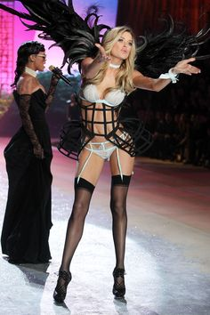 Doutzen Kroes http://www.vogue.fr/mode/news-mode/diaporama/le-defile-victoria-s-secret-2012/10456/image/642146#doutzen-kroes